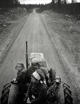 bremer_caj_-_perhe_menossa_traktorill